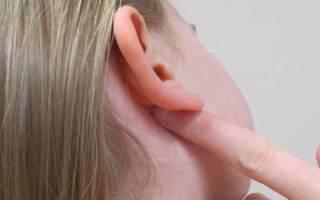 За ушами чешется и мокнет — чем лечить?